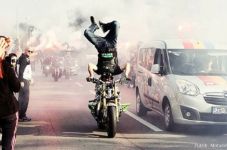 Guinness world record in longest headstand on motorcycle