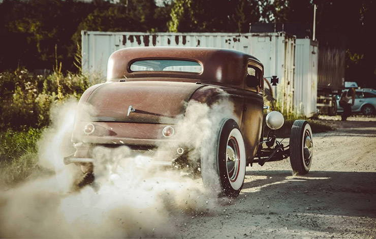 Rat Rod spin wheels on dirty road