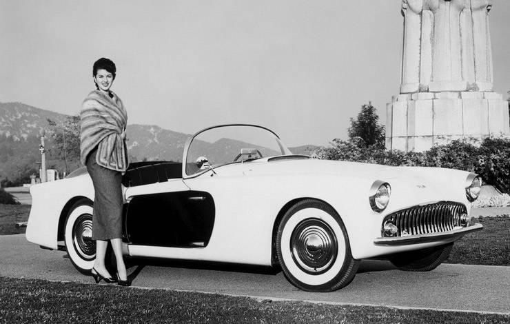 Premiere of Kurtis 500-M with Hollywood star Betty Lee in front of the car